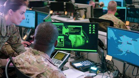 Сотрудники эскадрильи сетевых операций базы ВВС США Лекленд во время учений по отражению кибератак
