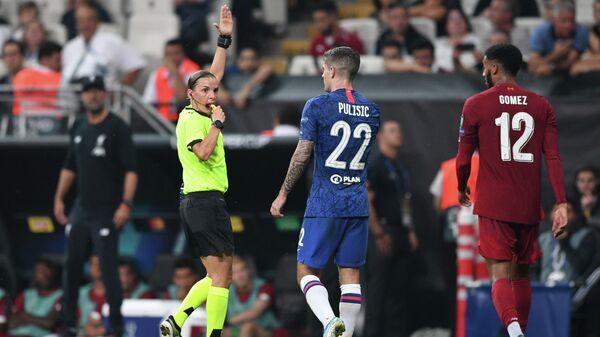 Судья Стефани Фраппар в матче за суперкубок УЕФА между Челси и Ливерпулем