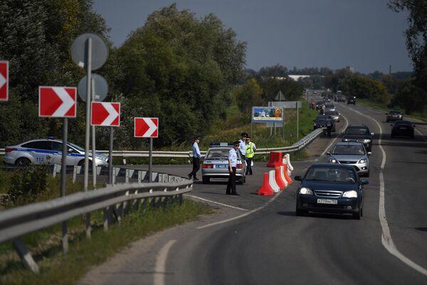 Сотрудники ДПС и полиции на шоссе вблизи поселка Рыбаки в Подмосковье, где совершил аварийную посадку самолет А-321 авиакомпании Уральские авиалинии с пассажирами на борту