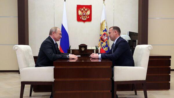 Владимир Путин и временно исполняющий обязанности губернатора Курганской области Вадим Шумков во время встречи