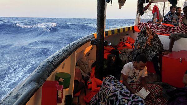 Мигрант читает Коран на борту судна испанских спасателей Open Arms