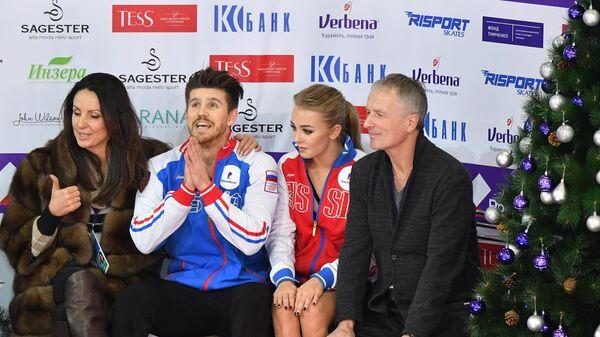 Александра Степанова и Иван Букин (в центре) после выступления. Слева - Ирина Жук, справа - Александр Свинин