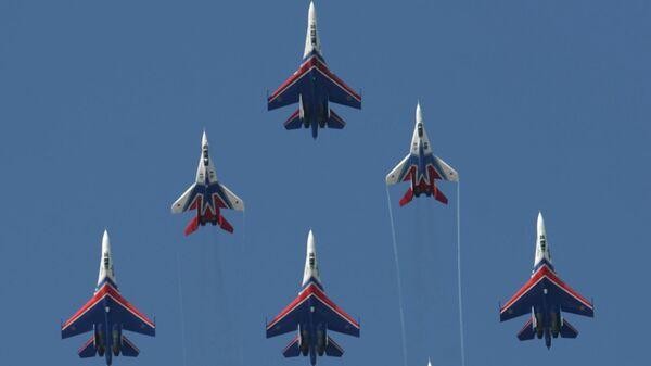 Тренировка пилотажной группы Русские витязи в подмосковном Жуковском в преддверии авиасалона МАКС-2009