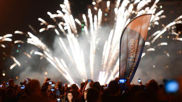 Салют на международном фестивале фейерверков Ростех в Братеевском каскадном парке в Москве. 2018 год