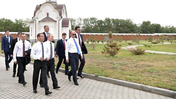 Президент РФ Владимир Путин и председатель правительства РФ Дмитрий Медведев во время посещения спортивно-оздоровительного комплекса Волей Град