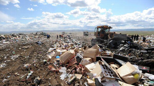 Бульдозер на полигоне твердых отходов