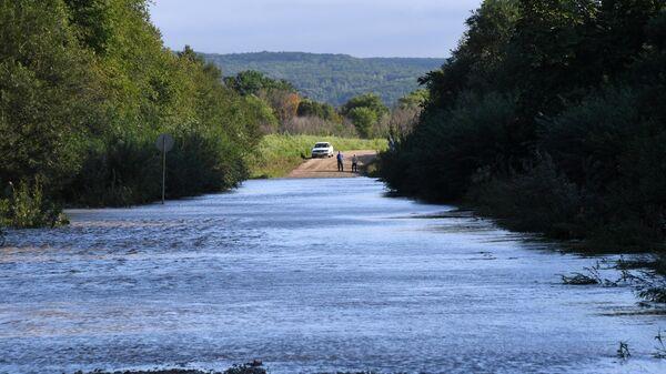 Последствия тайфуна Кроса в Приморском крае. Подтопленная паводком дорога в районе Уссурийска. 17 августа 2019