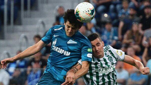 Игрок ФК Зенит Сердар Азмун (слева) и игрок ФК Ахмат Зоран Нижич