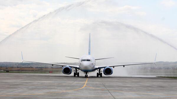 Самолет Boeing 737-800 авиакомпании Победа в международном аэропорту Гагарин в Саратовской области. 18 августа 2019