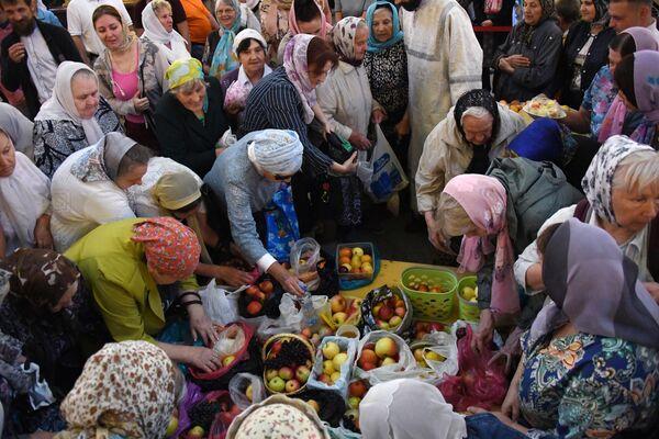 Верующие выкладывают яблоки на богослужении празднику Преображения Господня в Покровском кафедральном соборе Владивостока