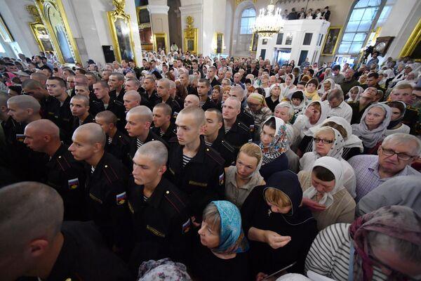 Верующие на богослужении в Спасо-Преображенском соборе Санкт-Петербурга