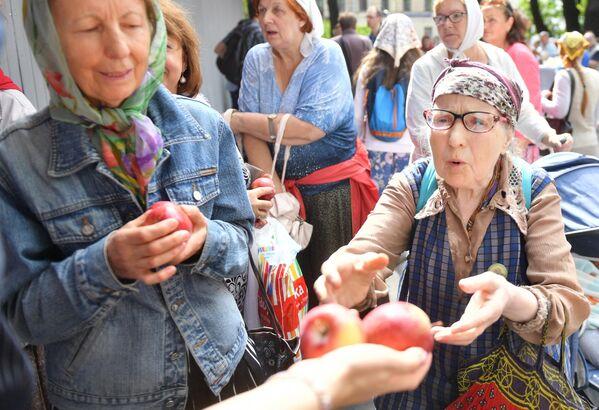 Верующие с освященными яблоками у Спасо-Преображенского собора в Санкт-Петербурге