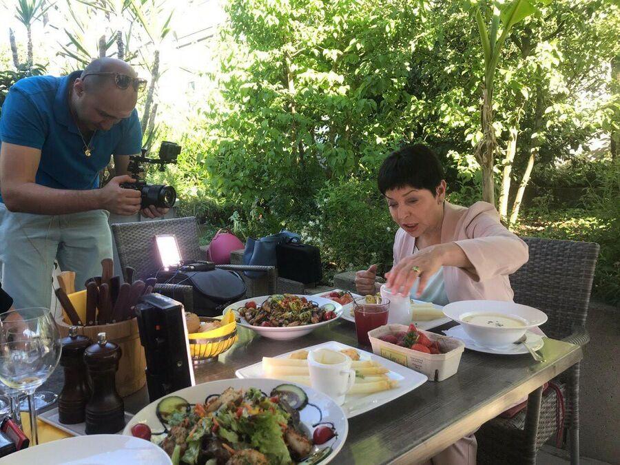 Наташа Барбье пробует блюда из спаржи
