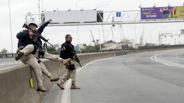 Бразильские полицейские на мосту Рио-Нитерой в Рио-де-Жанейро, где мужчина захватил автобус с пассажирами. 20 августа 2019