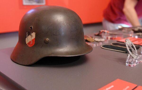 Стальной шлем М-35 образца 1935 года (Германия, 1-я половина XX века), представленный на открытии историко-документальной выставки 1939 год. Начало Второй мировой войны в Выставочном зале федеральных архивов в Москве