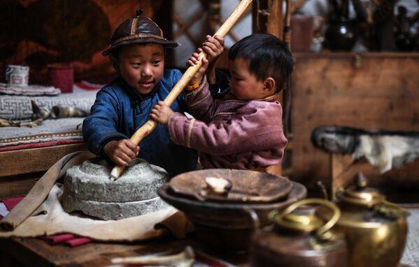 Дети в национальном парке Монголия 13 века