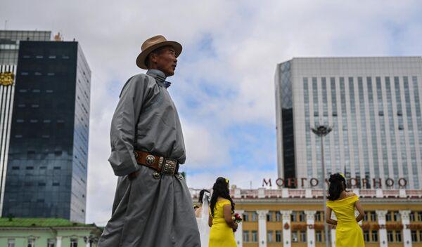 Прохожий на площади Чингисхана в Улан-Баторе