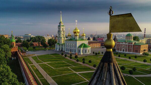 Тульский кремль. В центре: Успенский собор. Справа: флажок на крыше Никитской башни