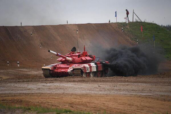 Танк Т-72Б3 команды армии России на дистанции финальной эстафеты первого дивизиона конкурса Танковый биатлон V Армейских международных игр-2019