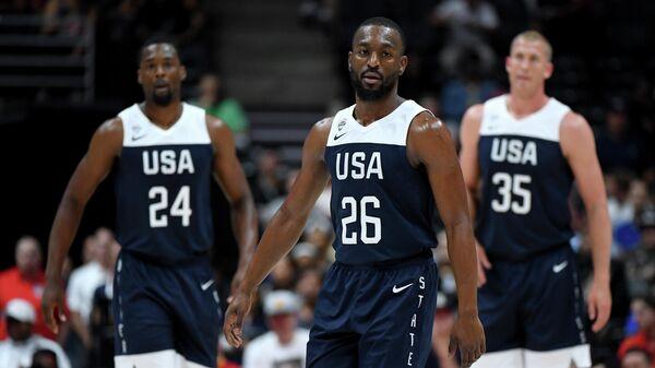 Баскетболисты сборной США Харрисон Барнс Кемба Уокер, Харрисон Барнс и Мэйсон Пламли (слева направо)