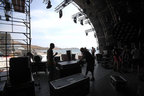 Подготовка сцены к ежегодному международному джазовому фестивалю Koktebel Jazz Party в Коктебеле