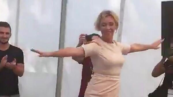 Мария Захарова посетила на Машуке секцию обучения кавказским танцам. Стоп-кадр видео