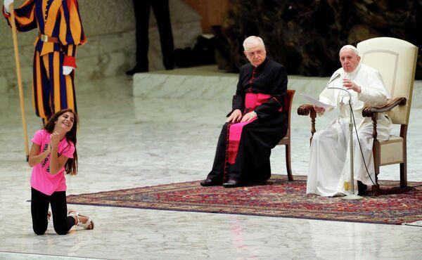 Девушка на еженедельной аудиенции Папы Римского Франциска в Ватикане