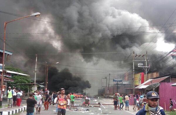 Протестующие на улице города Маноквари, Папуа