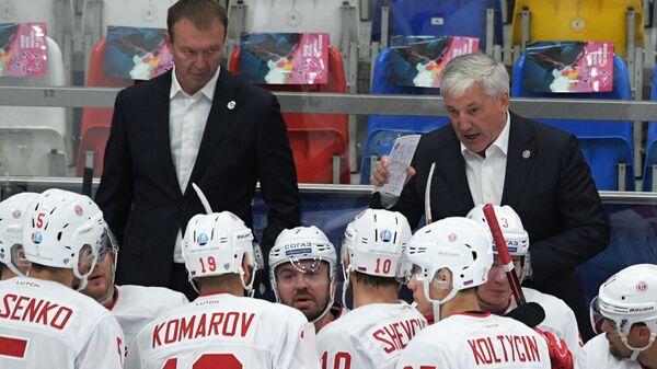 Главный тренер ХК Витязь Михаил Кравец (справа на втором плане) и тренер ХК Витязь Андрей Сапожников (слева на втором плане)