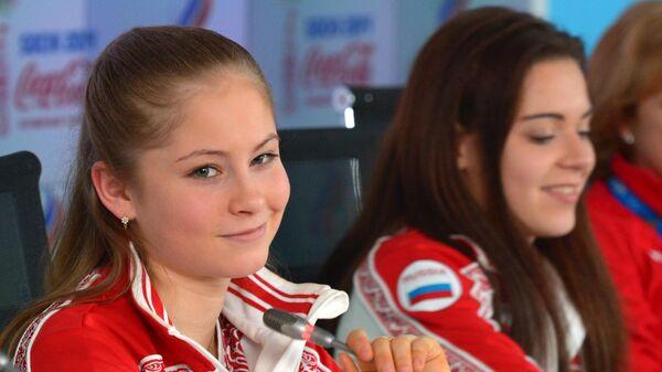 Юлия Липницкая (слева) и Аделина Сотникова (в центре)