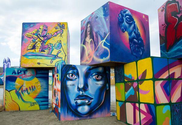 Арт-объект на территории фестиваля творческих сообществ Таврида-АРТ в бухте Капсель в Судаке