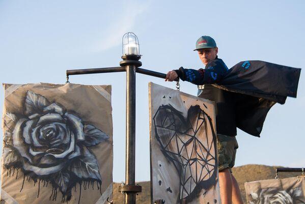 Участник фестиваля творческих сообществ Таврида-АРТ в бухте Капсель в Судаке