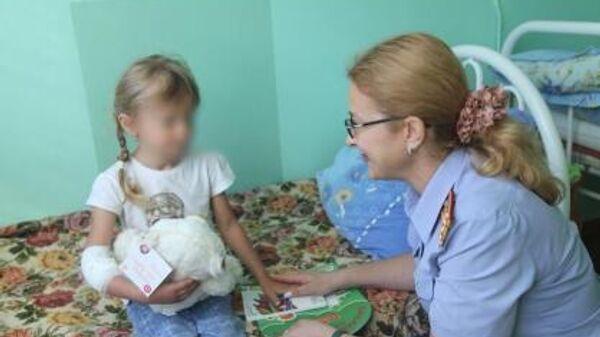 Помощник руководителя следственного управления СК РФ по Нижегородской области во время визита в больничную палату к девочке, найденной в лесу