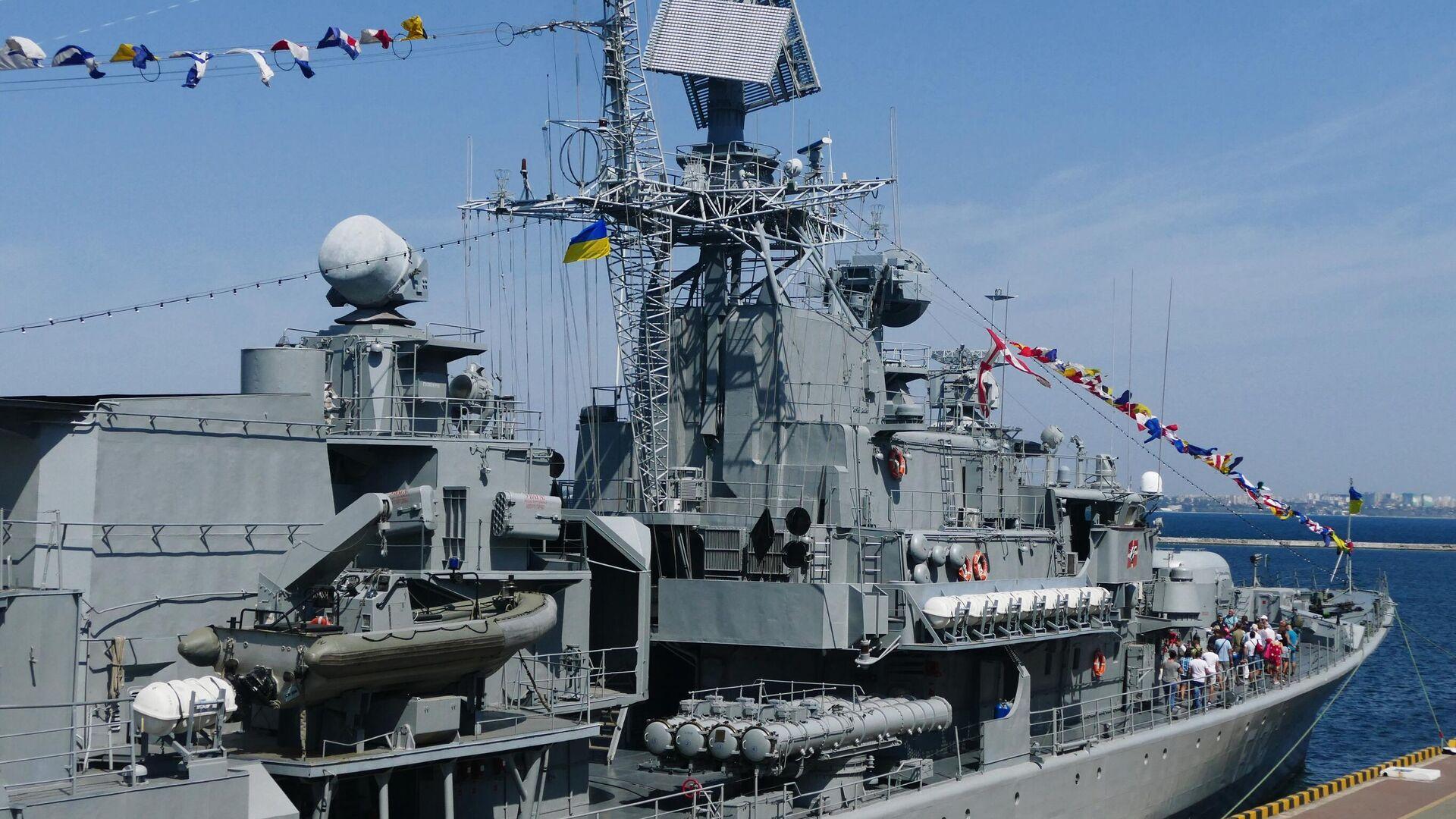 Посетители на фрегате Гетман Сагайдачный во время демонстрации кораблей ВМСУ в рамках празднования Дня независимости Украины - РИА Новости, 1920, 23.02.2021