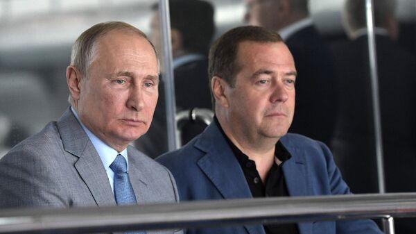 Президент РФ В. Путин и премьер-министр РФ Д. Медведев