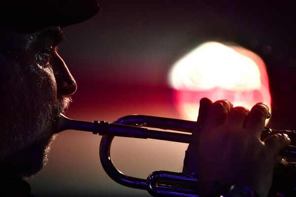 Американский композитор Рэнди Брекер во время выступления на 17-м международном музыкальном фестивале Koktebel Jazz Party в Крыму