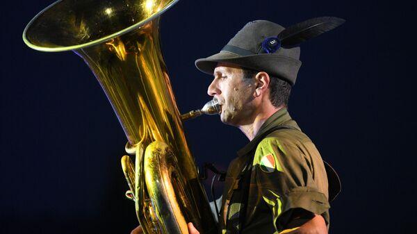 Оркестр альпийских стрелков Тридентина имени старшего капрала Андреа Моранди выступает на торжественной церемонии открытия XII Международного военно-музыкального фестиваля Спасская башня на Красной площади в Москве