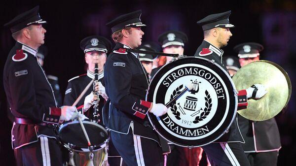 Марширующий оркестр Стрёмсгодсет (Норвегия) на торжественной церемонии открытия XII Международного военно-музыкального фестиваля Спасская башня на Красной площади в Москве