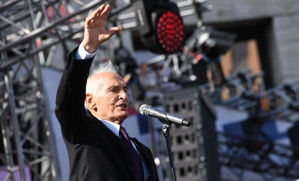 Актер Василий Лановой выступает на митинге-концерте на проспекте Сахарова в Москве в честь Дня государственного флага РФ