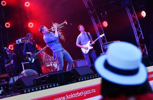 Музыкант Нильс Вюлькер выступает на фестивале Koktebel Jazz Party в Крыму