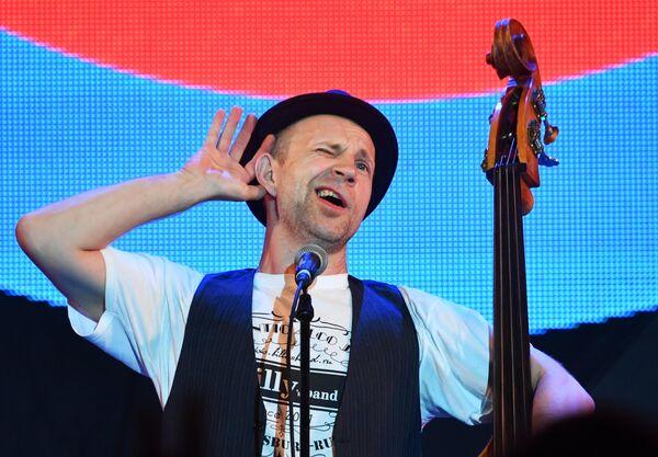 Музыкант группы Billy's Band Билли Новик выступает на фестивале Koktebel Jazz Party в Крыму