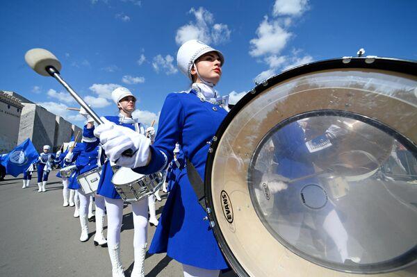 Ансамбль барабанщиц из Шахт Жемчужины ДГТУ во время торжественного шествия участников фестиваля Спасская башня на ВДНХ
