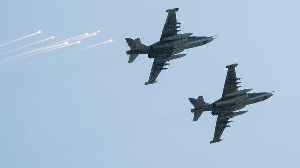 Штурмовики Су-25  участвуют в показательных выступлениях авиации в небе над площадкой фестиваля творческих сообществ Таврида - АРТ в бухте Капсель в Судак