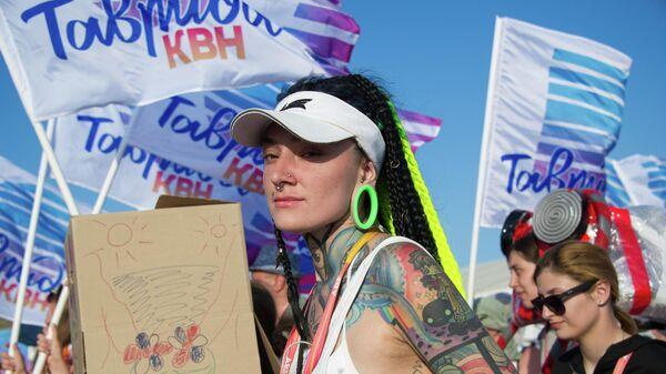 Участники АРТ-шествия в рамках фестиваля творческих сообществ Таврида - АРТ в бухте Капсель в Судаке
