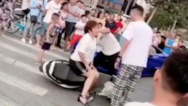 Прохожие снимают на камеру инцидент в городе Чжэнчжоу (провинция Хэнань). Скриншот