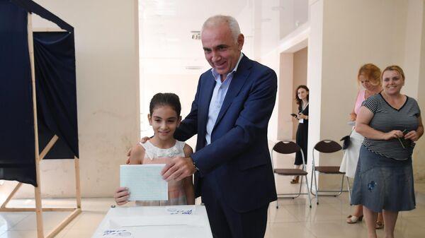 Кандидат в президенты Абхазии Алхас Квициния на избирательном участке во время голосования на президентских выборах