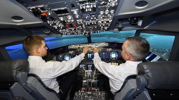 Пилоты во время занятий на авиатренажере