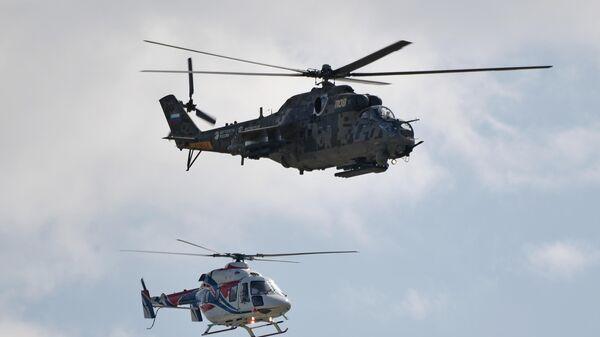 Вертолеты Ми-24 (вверху) и Ансат-У выполняют демонстрационный полет на Международном авиационно-космическом салоне МАКС-2019 в подмосковном Жуковском