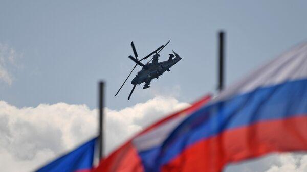 Российский разведывательно-ударный вертолёт нового поколения Ка-52 Аллигатор совершает полет на Международном авиационно-космическом салоне МАКС-2019