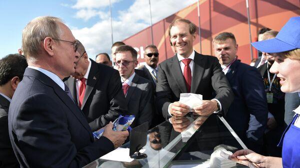 Президент РФ Владимир Путин во время посещения Международного авиакосмического салона МАКС-2019